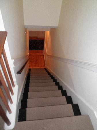 The Roberts Collection - Roberts House Inn: Stairs 3rd to 2nd