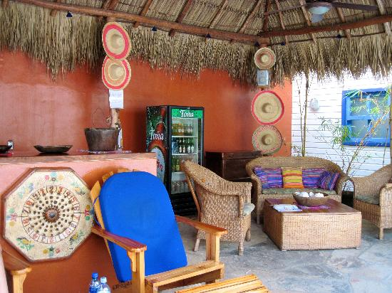 La Posada Azul : Lovely poolside bar area. Always stocked with drinks you can charge to your room