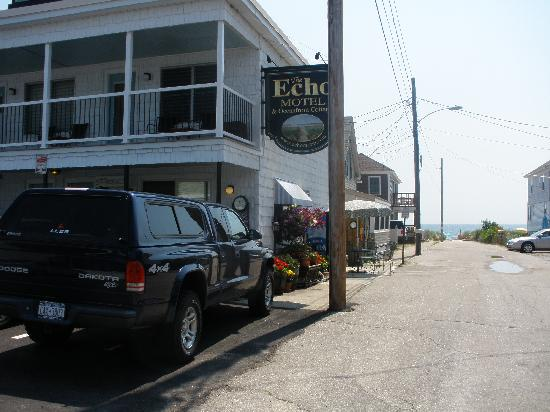 Echo Motel & Oceanfront Cottages: Entering the parking lot