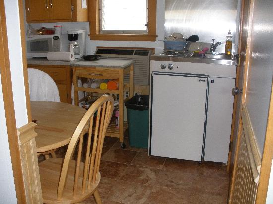 Echo Motel & Oceanfront Cottages: kitchenette