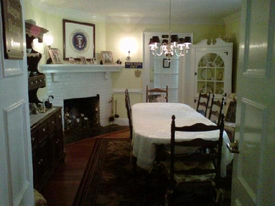 A Williamsburg White House Bed and Breakfast: Wonderfully decorated dining room