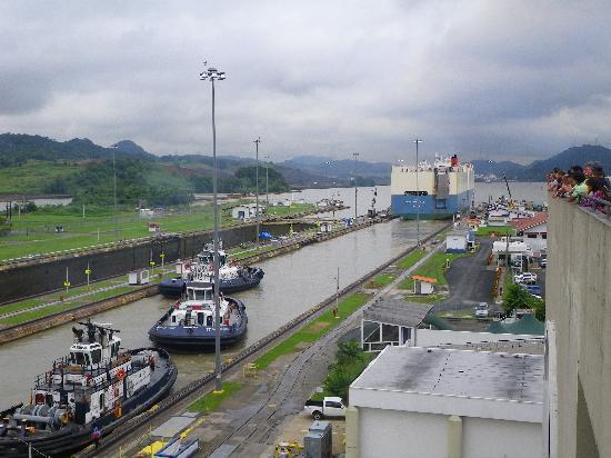 พิพิธภัณฑ์คลองเชื่อมมหาสมุทรปานามา: Look how much room there is left on the sides of the big ship