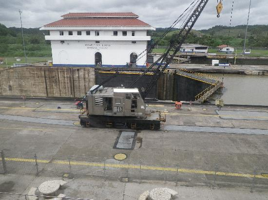 พิพิธภัณฑ์คลองเชื่อมมหาสมุทรปานามา: One of the trains with a lift working