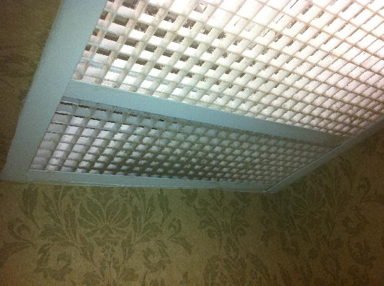 BEST WESTERN PLUS Historic Area Inn: Filthy light/fan grid in bathroom.