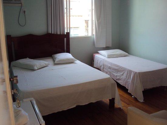 10.-Osorio- Big Hotel:  habitación triple en el corredor