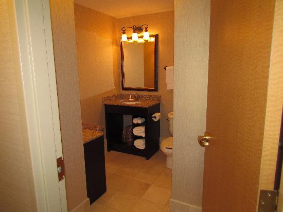 Hawthorn Suites by Wyndham West Palm Beach: spacious restroom