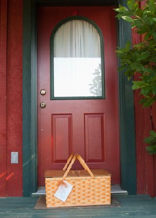 Pine Grove Park Bed and Breakfast Guest House: gourmet breakfast delivered in a basket at our door!