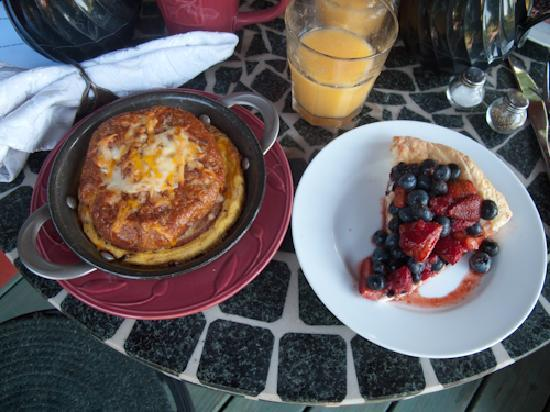 Pine Grove Park Bed and Breakfast Guest House: mmm...a breakfast croissant and fresh berry tart, just one of many great breakfasts!