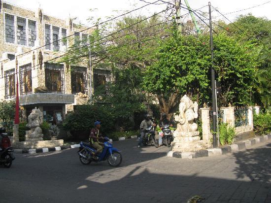 Hotel Kumala Pantai: Front Entrance to Kumala Pantai