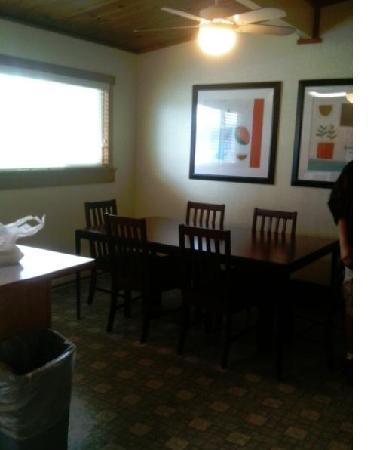 Best Western Vista Manor Lodge: dining area next to kitchen