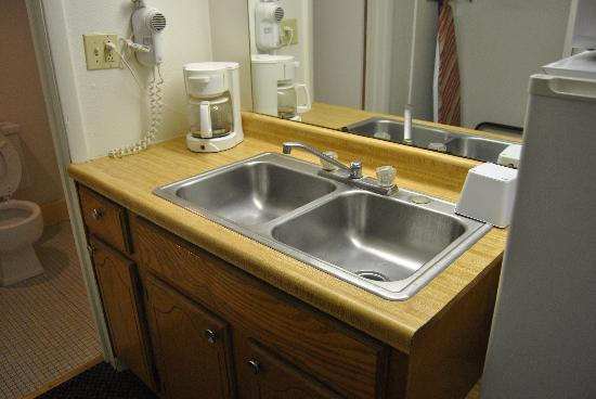 Friendship Inn: Bathroom Sink