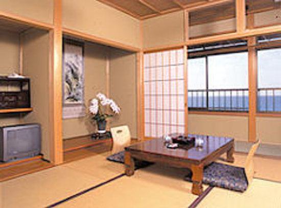 Hamanoya: 海沿いのお部屋からは日本海が一望でき、四季折々の表情を楽しんで頂けます。
