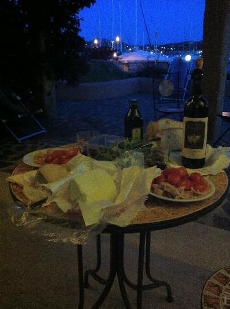 Le Sirene Hotel : cenetta sul patìo a pane carasau, pomodori, olio e un bicchiere di vermentino