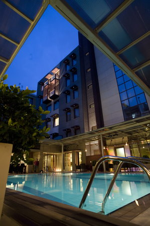 Domotel Les Lazaristes: The outdoor pool by night