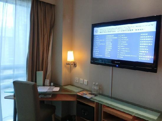 Empire Hotel Kowloon: 大画面テレビ。NHKワールド(英語放送)あり。