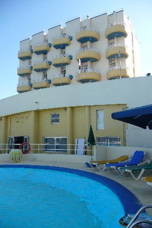 Xemxija, Malta: La facciata dell'hotel vista dalla piscina