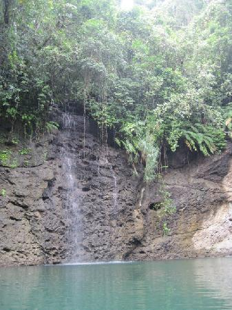 Pacific Harbour, Figi: waterfalls on the way down