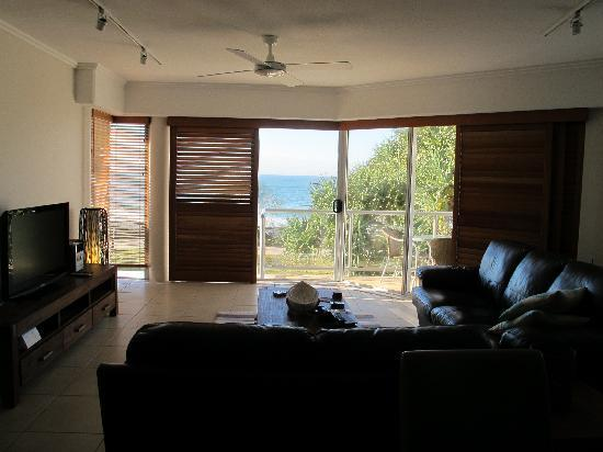 Rolling Surf Resort: View from Kitchen to the surf/beach/ocean