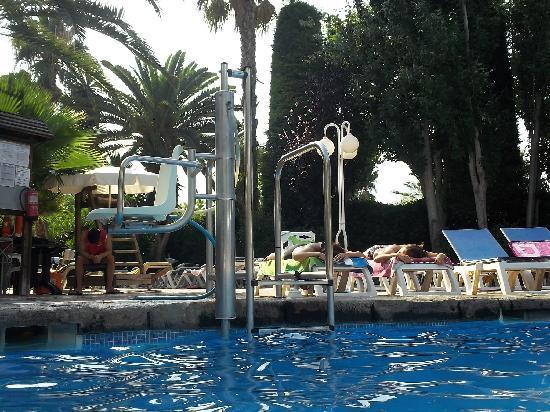 เฮช10 ยูโรป้า ปาร์คโฮเต็ล: silla para minusvalidos en piscina