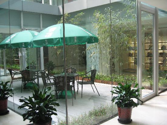 Hotel Kapok Beijing: Enclosed Smoking/Garden area