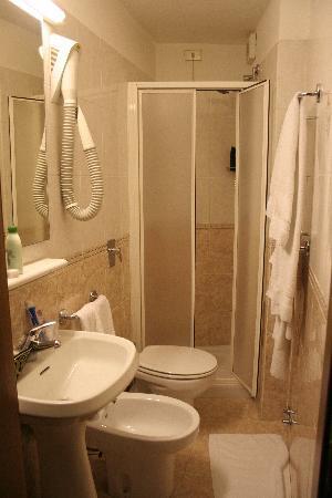 Piccolo Hotel: The bathroom