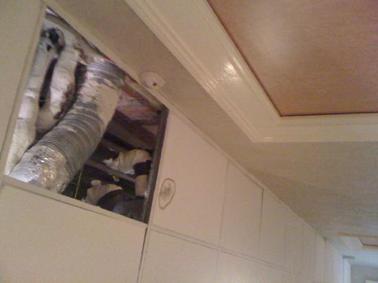 Hotel Oceania Le Métropole: Missing ceiling tiles