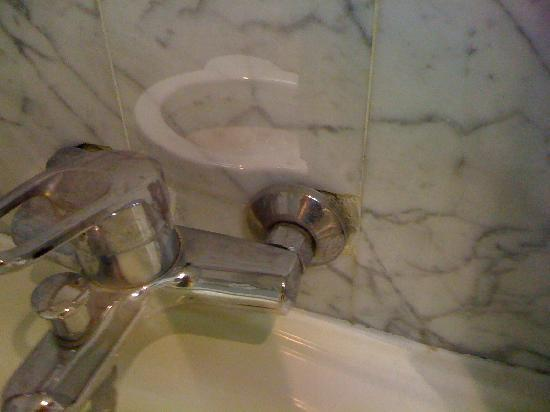 Hotel Oceania Le Metropole: Limescaled bathroom fittings hanging out of wall