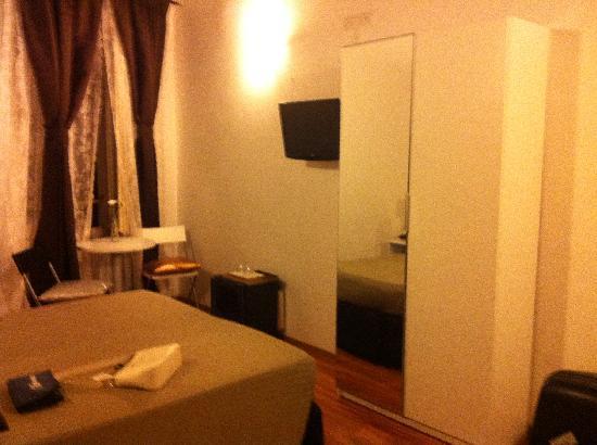 Condotti Inn: un lit double et on ne voit pas encore un lit individuel