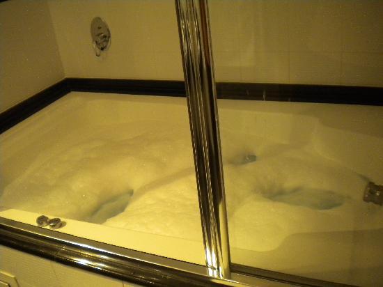 Zouk Motel: Jacuzzi del baño