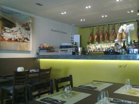 otra vista del comedor ( zona de barra-acceso cocina) - Picture of ...