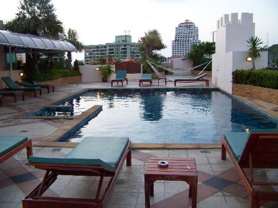 Tara Court Hotel: The Pool