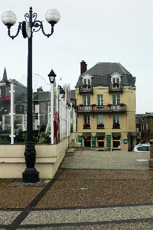 Les Galets Bleus : L'hotel-ristorante visto dal lungomare