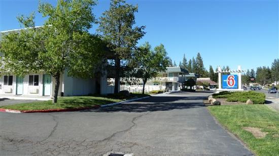 Motel 6 South Lake Tahoe: Le motel coté route, on voit les voitures sur la droite très proches de l'hotel
