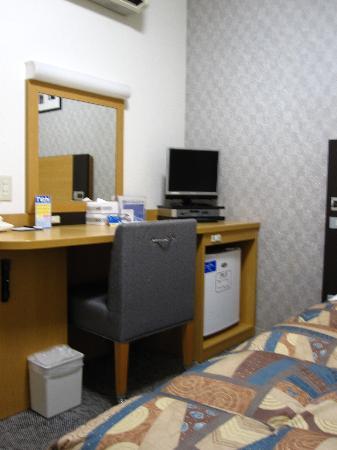 Comfort Hotel Narita: Desk, TV and mini-fridge