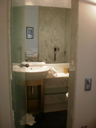 The Excelsior: the bathroom