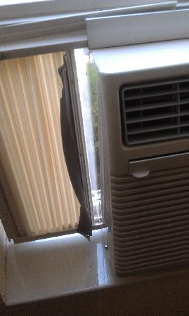 TownePlace Suites by Marriott Atlanta Kennesaw: one of the AC units - showing poor installation