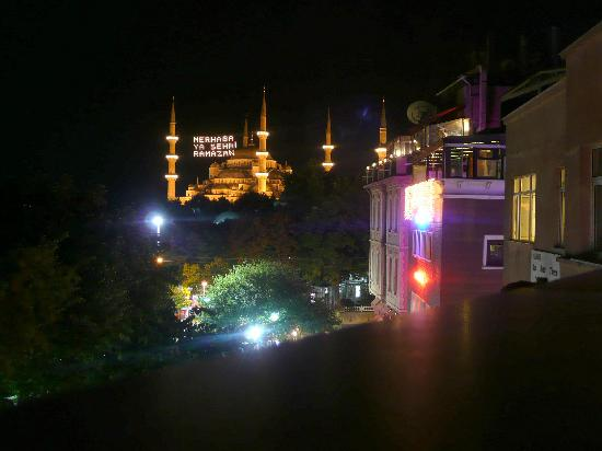 Kervan Hotel: Blue mosque from the terrace at night.