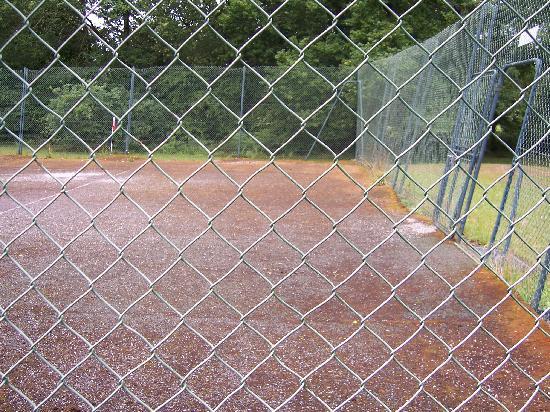 Nedde, Fransa: autre vue terrain de tennis