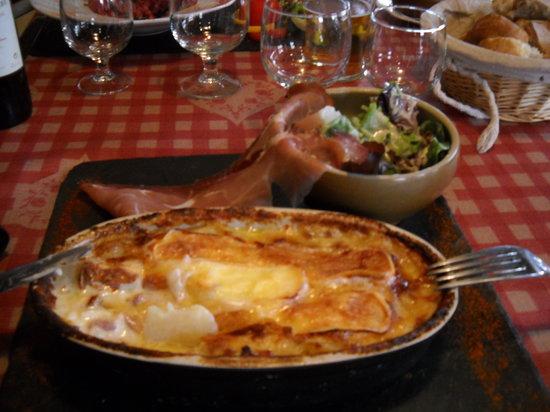 Chez Mamie Lise : La tartiflette tradition et son jambon de pays