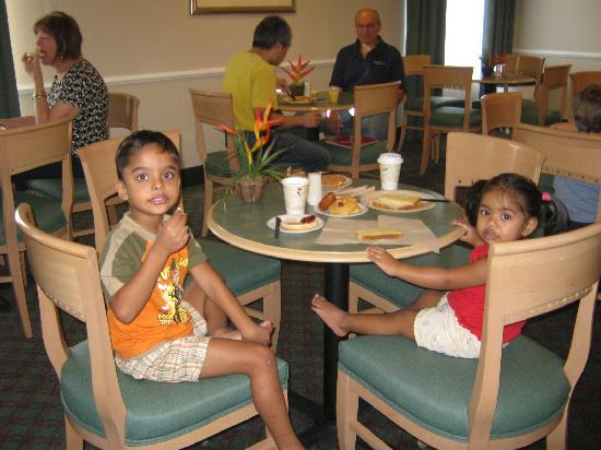 La Quinta Inn & Suites Fort Myers Airport: breakfast area