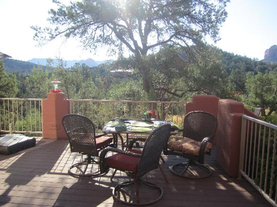 Sedona Cathedral Hideaway: Breakfast setting at Cathedral Hideaway
