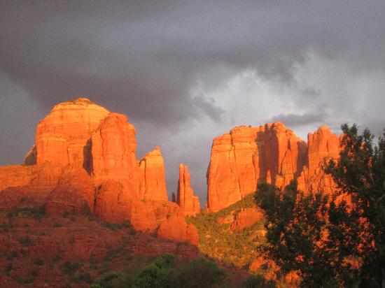 Sedona Cathedral Hideaway: Cathedral Rock at sunset