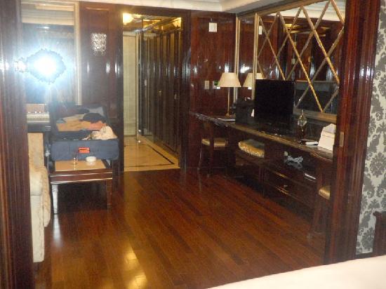 "Gangnam Artnouveau City II : Heres the room with the odd ""ledge"" as a work area. Nicely furnished; I wish it had a luggage ra"