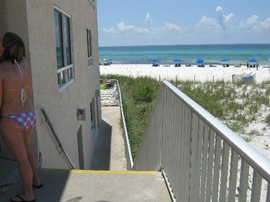 Seascape Inn: Stairs leading to the Pool/Beach