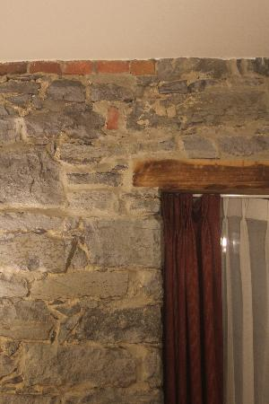 Le Petit Hotel : stone walls