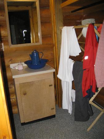 Shadow Lake Lodge: pitcher and basin