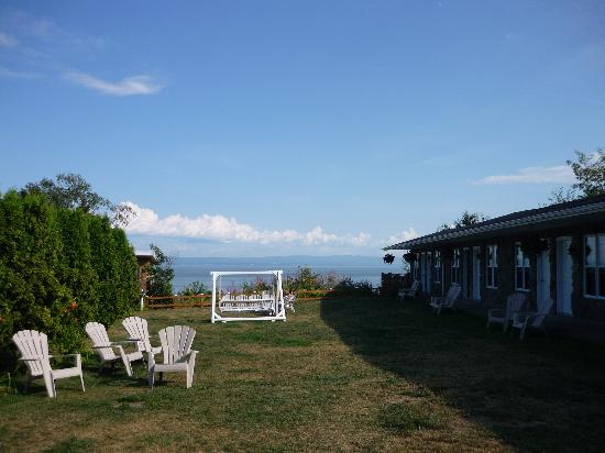 Hotel Cap-aux-Pierres: Motel section, with the front gardens, view on the St-Lawrence River