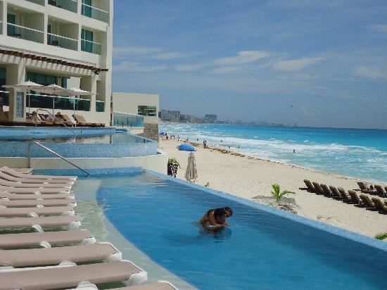 Sun Palace: Pool Scenery