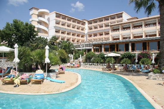 Hotel Esperides: Basseng med hotellet i bakgrunnen