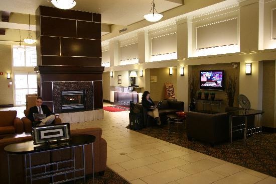 Hampton Inn & Suites by Hilton Calgary-Airport: Lobby Area
